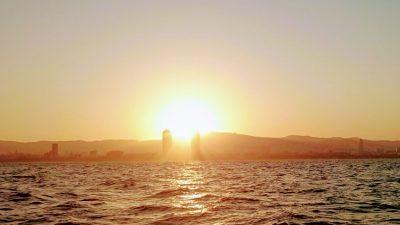 Barcelone vue de la mer au couché - Toursime dentaire